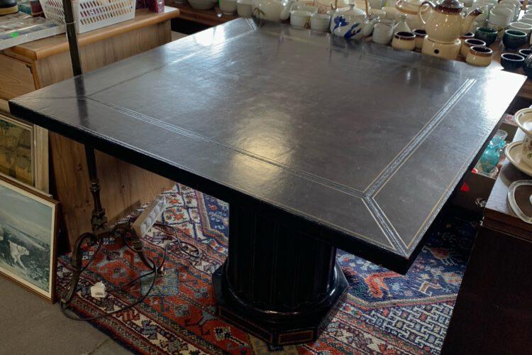 Stůl kůže